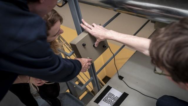 """TU Garching: Gemeinsam müssen die Teilnehmer der """"Enigame"""" 25 Rätsel unter Zeitdruck lösen, die Studenten über Monate für das Ereignis an der TU in Garching ausgearbeitet haben."""