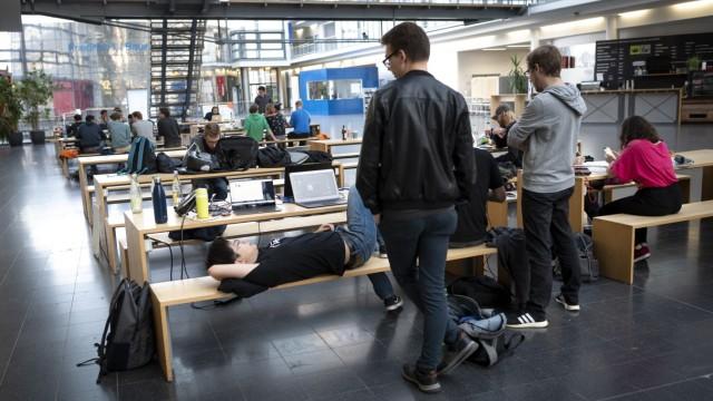 TU Garching: Vor ihren Laptops liegen Kekse, Chips und sonstiges Junkfood zur Nervenberuhigung.