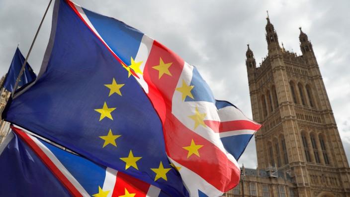 Brexit: Fahnen, die zur Hälfte aus dem Union Jack und der EU-Flagge bestehen, wehen vor dem Unterhaus