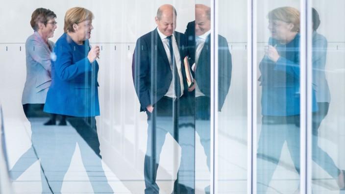Annegret Kramp-Karrenbauer, Angela Merkel (CDU) und Olaf Scholz (SPD) im Deutschen Bundestag