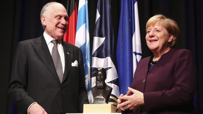 """Theodor-Herzl-Preis: """"Jüdisches Leben ist Teil der Identität Deutschlands"""": Preisträgerin Angela Merkel mit Ronald S. Lauder, dem WJC-Präsidenten."""