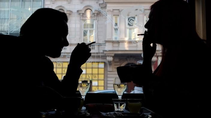 Zwei Gäste rauchen in einem Lokal