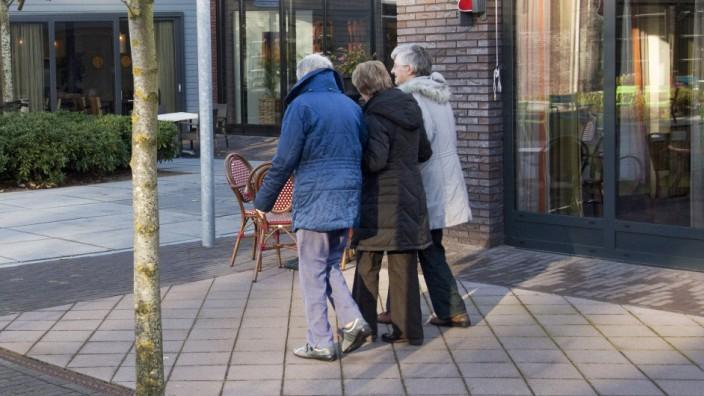 Modellprojekt am Bodensee: De Hogeweyk, so heißt das Dorf in der Nähe von Amsterdam, das Fachleute aus der ganzen Welt anzieht. 152 Menschen leben dort in 43 Wohnungen für Demenzkranke. Es sieht anders als normale Pflegeheime aus. Hier steht die Lebensqualität der Bewohner im Vordergrund, nicht die Versorgung von Kranken.