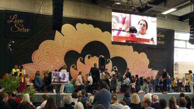 Amma aus Indien umarmt Menschen