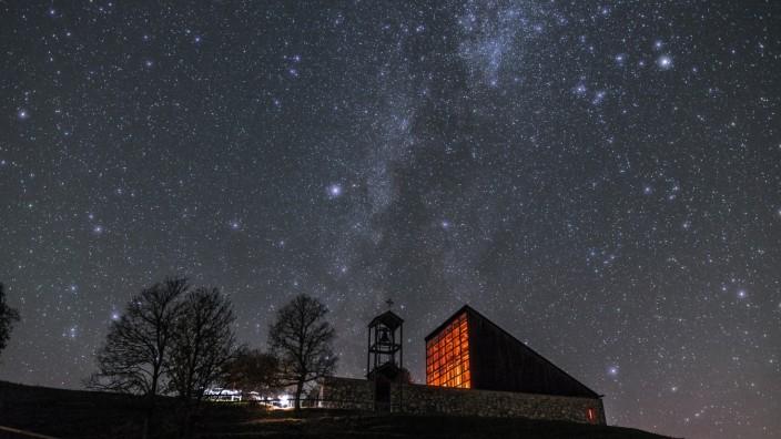 Lichtverschmutzung in Bayern: Die Winklmoos-Alm bei Nacht