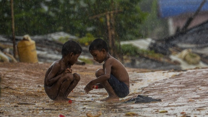 Bangladesch: Vertrieben und verlassen: Zwei Kinder spielen im Rohingya-Flüchtlingslager Kutupalong in Bangladesch.
