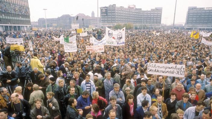 Demonstration für freie Wahlen auf dem Alexanderplatz in Ost-Berlin