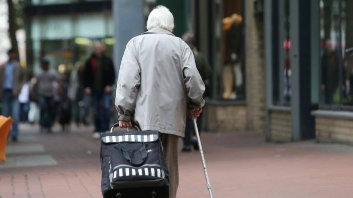 Rente: Seniorin in Hamburg