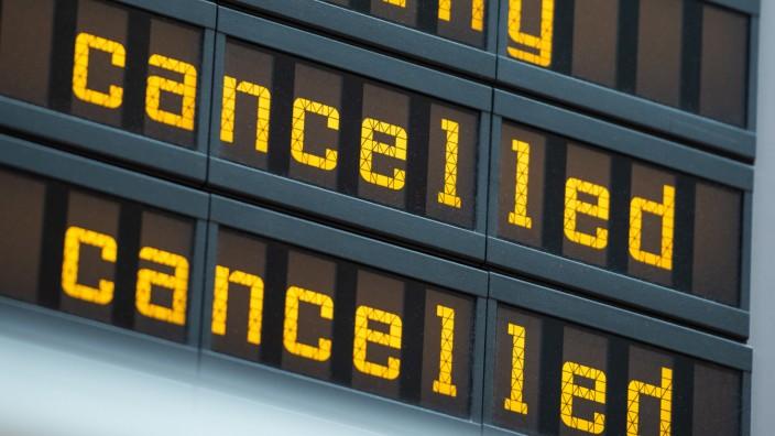 Gestrichene Flüge auf einer Anzeigetafel am Flughafen Berlin-Tegel