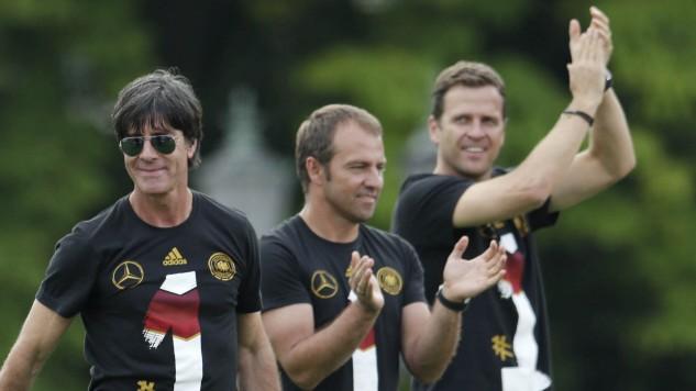 DFB-Teammanager Oliver Bierhoff feiert mit Hansi Flick und Jogi Löw den WM-Titel in Berlin