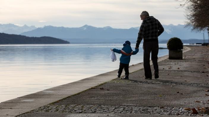 Großvater mit Enkelkind am Starnberger See, 2016