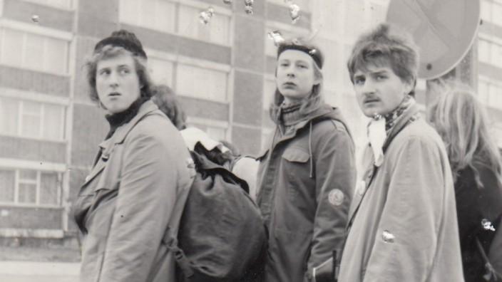 """Verfolgte Schüler: Jugendliche aus der Pankower Jungen Gemeinde im Jahr 1982. Einer trägt den Aufnäher """"Schwerter zu Pflugscharen"""" an seinem Parka."""