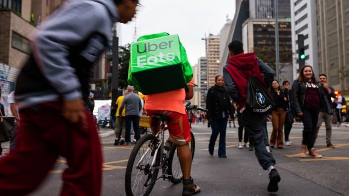 SÃO PAULO SP 25 08 2019 MOVIMENTAÇÃO NA AVENIDA PAULISTA Deliverer of Uber Eats among the publ