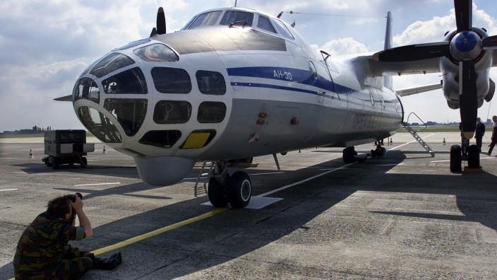 Brief an die USA: Eine russische Antonov-Militärmaschine steht auf dem Brüsseler Flughafen für Flüge über Deutschland und die Benelux-Staaten bereit. (Archivbild aus dem Jahr 2002)