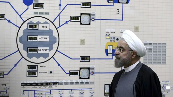 Präsident Ruhani besucht Atomkraftwerk
