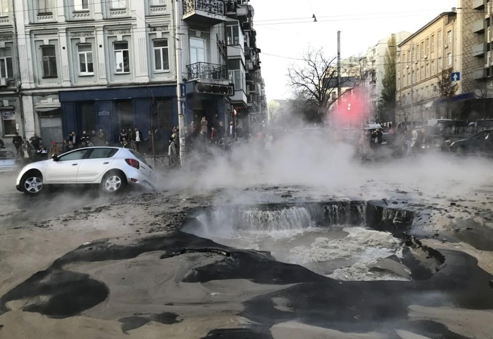 Straße in Kiew sackt nach Rohrbruch ab