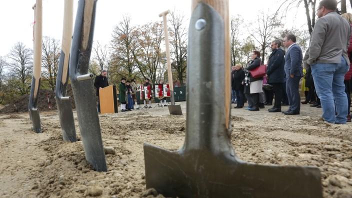 Schulen in Freising: Insgesamt wird in den neuen Steinpark-Schulen einmal Platz für bis zu 1100 Schüler und 44 Klassenzimmer sein. Am Mittwoch hat der symbolische Spatenstich stattgefunden.