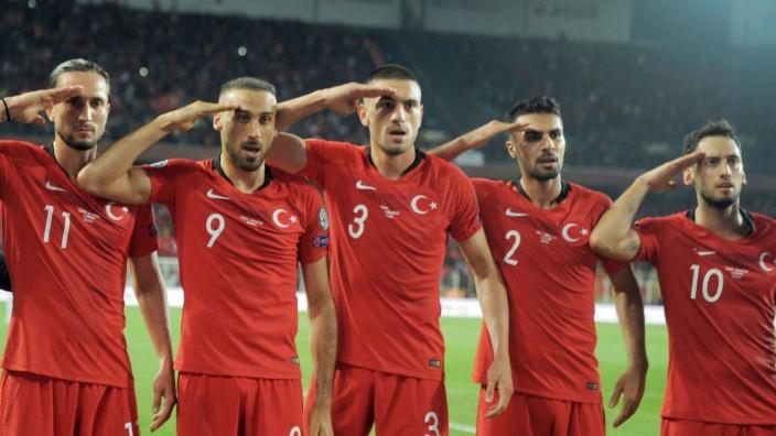 Türkische Fußballer salutieren