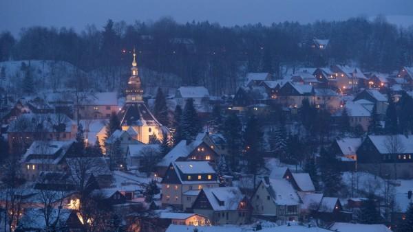 Blick auf den verschneiten Ort Seiffen im Erzgebirge