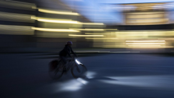 Ein Fahrradfahrer faehrt am Bundeskanzleramt vorbei Berlin 25 04 2019 Berlin Deutschland *** A cy