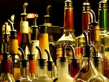 Die Rückkehr der Hausbar, Cocktails im Wohnzimmer, Spirituosen; iStockphotos