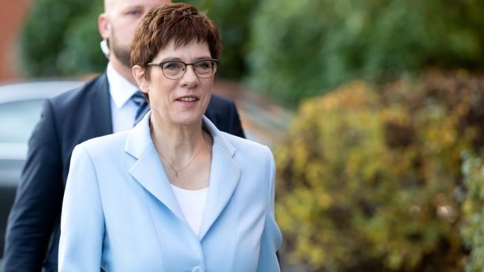 Kramp-Karrenbauer besucht Universität der Bundeswehr