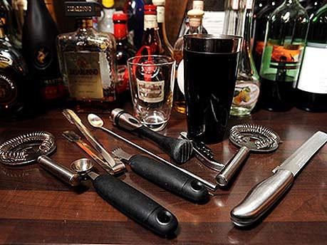 Die Rückkehr der Hausbar, Cocktails im Wohnzimmer, Bargeräte; Pierre Kamin