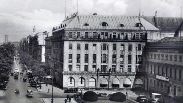 Berlin Mitte Pariser Platz Unter den Linden Hotel Adlon Blick zum Rathaus