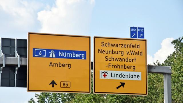 """Auf einem Straßenschild an der B85 bei Schwandorf wurde Fronberg fälschlicherweise mit """"H"""" geschrieben."""