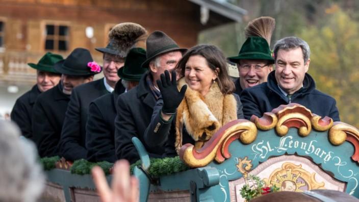 Ilse Aigner trägt bei der Leonhardifahrt in Kreuth eine Stola aus Fuchs.