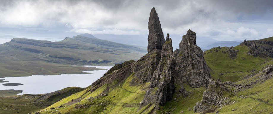 Felsformation Old Man of Storr mit bewölktem Himmel Isle of Skye Schottland Großbritannien