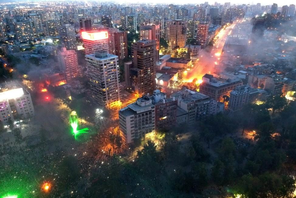 Feuer und Flamme: Angehörige mehrerer Gewerkschaften demonstrieren im chilenischen Santiago für eine neue Verfassung und Reformen der Regierung.