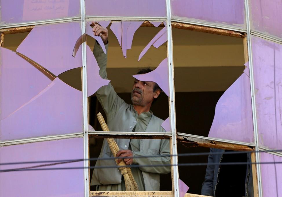 Offener Bruch: Ein Mann entfernt gesplittertes Glas nach einem Selbstmordattentat im afghanischen Kabul.