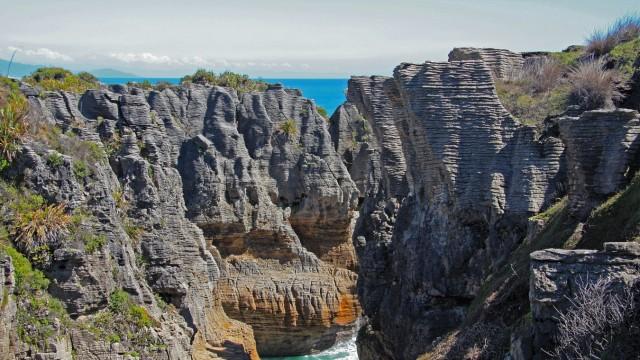 Great Coast Road in Neuseeland: Schicht auf Schicht. Aus Kalksedimenten und Tonmineralien entstanden vor circa 30 Millionen Jahren die Pancake Rocks bei Punakaiki.