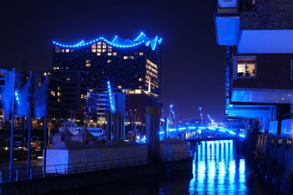 Hamburg Blue Port Lichtinstallation taucht den Hamburger Hafen in blaues Licht Sandtorhafen Traditi; Hamburger Hafen Blue Port