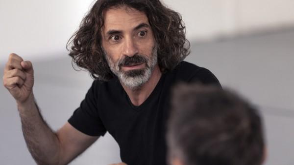 Rabih Mroué bei den Proben zum Stück YOU SHOULD HAVE SEEN ME DANCING WALTZ mit dem Dance On Ensemble