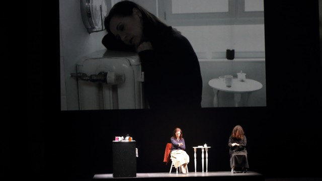 Patrizia Ciofi (als Sie) und Noa Frenkel (als Ihre innere Stimme), v.l., während der Fotoprobe zu Heart Chamber (An inq