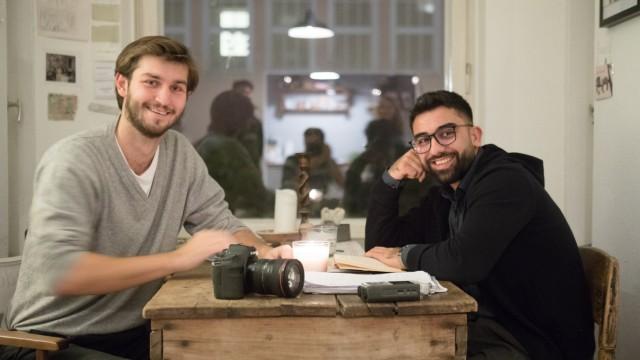 David Körzdörfer (links) und Paruar Bako haben eine Organisation gegründet, die sich um Waisenkinder im Nord-Irak kümmert: Our Bridge e.V. Fotografiert in der Wohnung von Körzdörfer.
