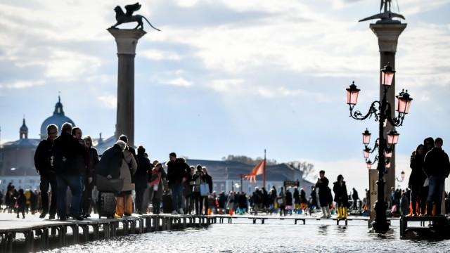 Venezia, acqua alta da record: danni per centinaia di milioni