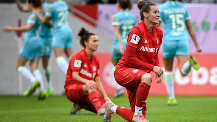 im Hintergrund bejubeln die Wolfsburger Spielerinnen das Tor zum 1.2, vorn Lina Maria Magull (FC Bayern München, FCB, 1
