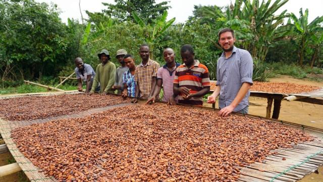 Fairer Handel: Hendrik Reimers (rechts) arbeitet mit Kakaobäuerinnen und -bauern in Ghana zusammen.