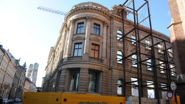 Die historische Fassade in der Kardinal-Faulhaber-Straße.