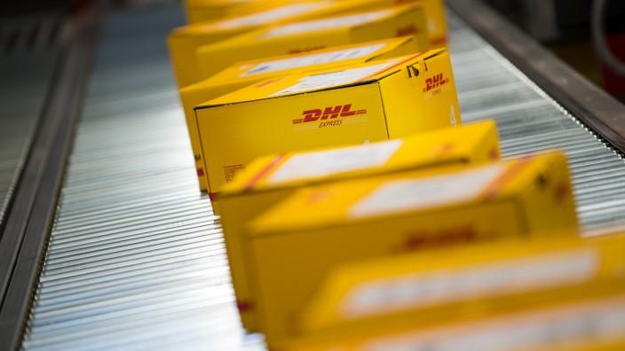 Deutsche Post: Pakete der Tochter DHL auf einem Fließband