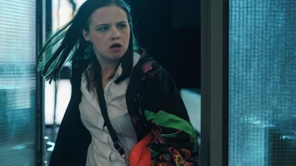 ãRampensau - DumbÒ, UFA Serial Drama GmbH 05.06.2019 Bild 01/49 DT 01 POLIZEIREVIER SHIRI stu?rmt in die Polizeiwache und trifft auf JONAS & WALLMANN.  Rolle Shiri Jacobi (Jasna Fritzi Bauer) Rolle Jonas Meyerhoff (Benjamin Lillie) Rolle Martin Wallmann (
