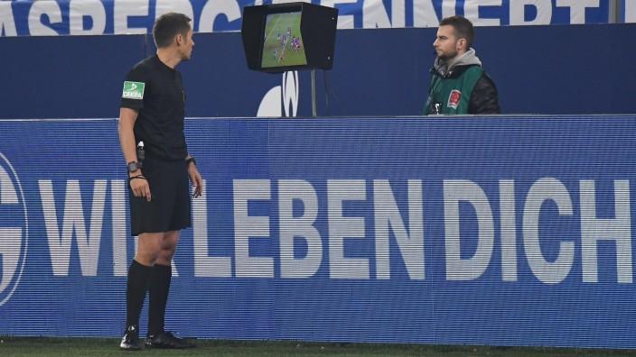 09.11.2019, xjhx, Fussball 1.Bundesliga, FC Schalke 04 - Fortuna Duesseldorf emspor, v.l. Schiedsrichter Robert Hartman