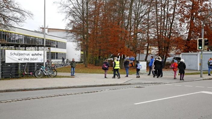 """Schulweg-Aktion: Diese Woche stauen sich vor der Karl-Lederer-Grundschule keine Autos. Dort läuft die Aktion des Elternbeirats """"Autofrei - wir sind dabei!"""""""