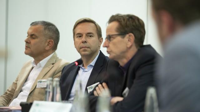Dr. Lorenz Weigl, Leiter des Gesundheitsamtes FFB (Mitte)