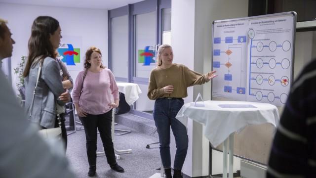 Judith Fenske, Viscardi Gymnasium, Erklärt die Simulation der Resistenzbildung von Bakterien vor der Podiumsdiskussion