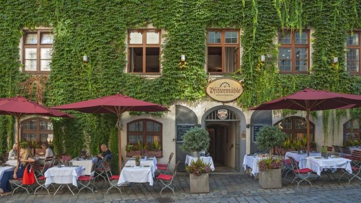 Speiselokal Pfistermühle am Platzl Karree mit wildem Wein auch Jungfernrebe Parthenocissus tricuspi
