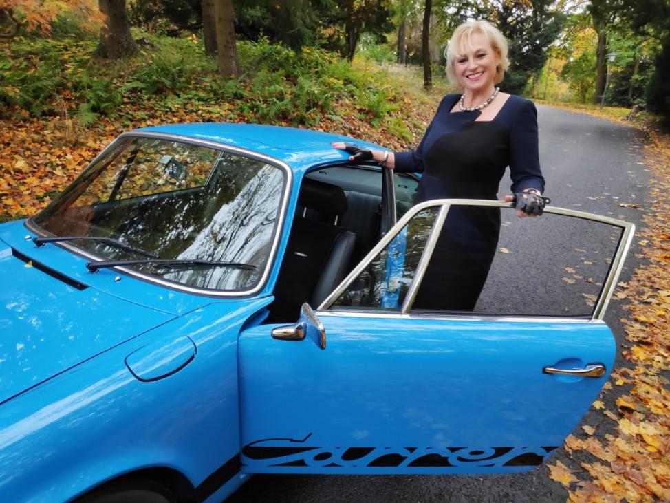 Porsche Carrera mit blonder Frau